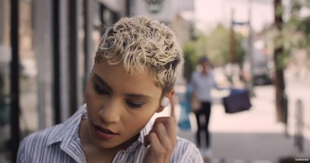 Modella pubblicit samsung gear iconx spot 39 39 shopping - La ragazza della porta accanto colonna sonora ...