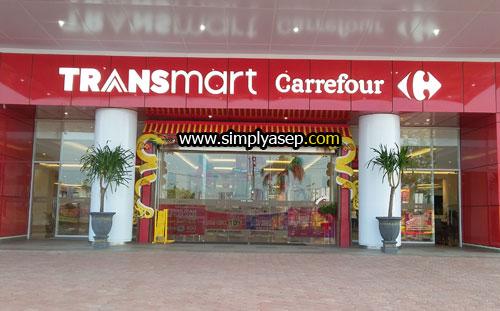 GERBANG UTAMA : Anda bisa masuk ke dalam Transmart Carrefour Kubu Raya melalui gerbang utama. Foto Asep Haryono