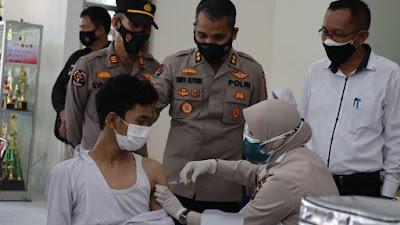 Vaksinasi Go To School, Biddokkes Polda Banten dan RS Bhayangkara Beri Vaksin untuk Siswa di SMAN I Ciruas
