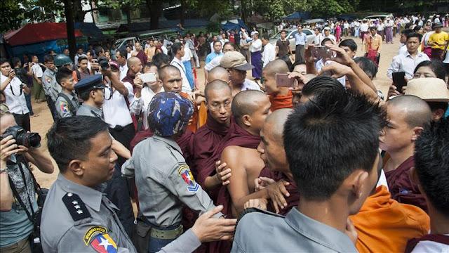 Ratusan Ektrimis Buddha Rakhine Lemparkan Bom Molotov ke Kapal Bantuan Kemanusiaan ICRC