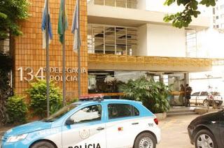 http://vnoticia.com.br/noticia/2742-homem-pula-janela-e-estupra-idosa-de-82-anos