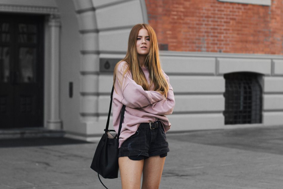 Pink oversized sweater, GRLFRND slouchy shorts, bucket bag,