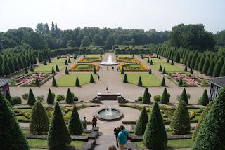 Ein weitläufiger Schlossgarten mit zwei Springbrunnen