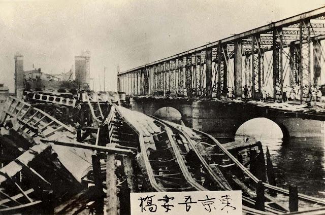 Restos em ruínas da ponte de Azuma, no rio Sumida.  O piso de madeira da ponte queimou durante os incêndios causados pelo terremoto, deixando apenas os suportes de metal