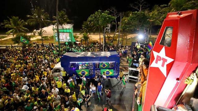 No Recife, militantes comemoram vitória de Bolsonaro simulando caixão de Lula