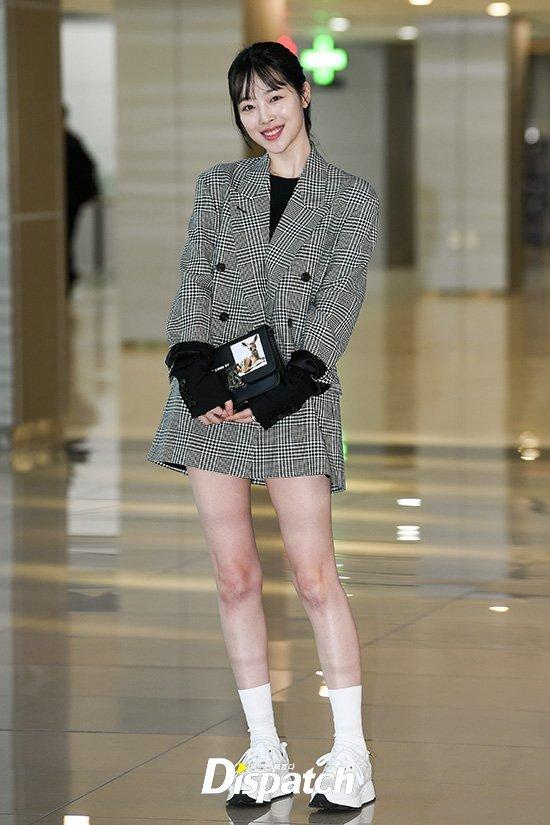 Sulli havaalanında bacaklarını sergiledi