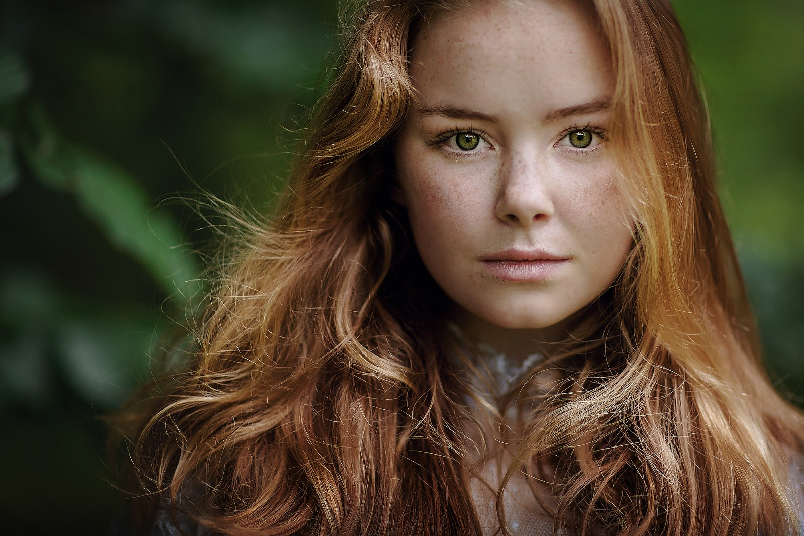 Canon 85mm portrait of a gorgeous young woman with red hair and freckles by Willie Kers