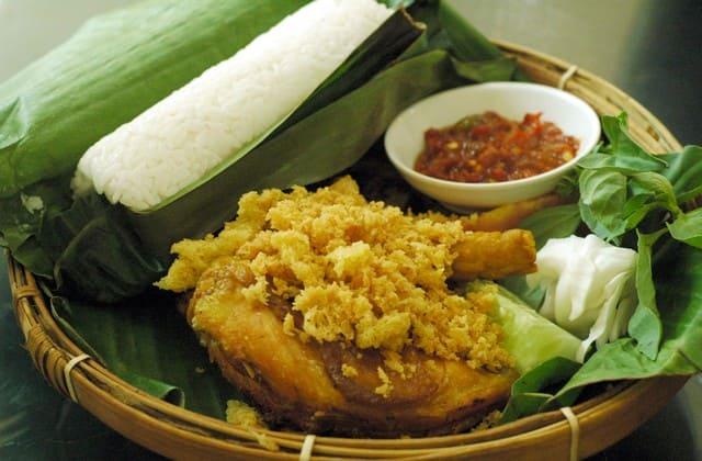 Makan nasi timbel asli Sunda dijamin nggak cukup kalau cuma sepiring, yang bilang cukup pasti boong!