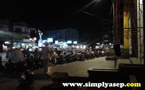 PARKIR  : Parkir kendaraan motor para jamaah berada di Bagian luar masjid Masjid Ikhwanul Mukminin Pontianakyang dijaga petugas keamanan (Satpam). Foto Asep etHaryono