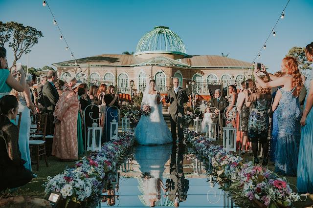 casamento real, casamento a céu aberto, casamento no jardim, casamento no campo, passarela de espelho, flores do campo, cerimônia, decoração de cerimônia, varal de lâmpadas, relicário, buquê da noiva, bouquet, vestido de noiva, vestido de renda, villa giardini, entrada da noiva, véu e grinalda