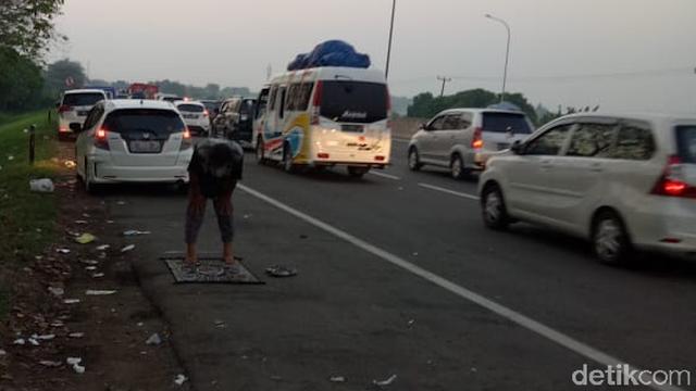 Budi Terjebak Macet 15 Jam hingga Salat di Pinggir Jalan Tol