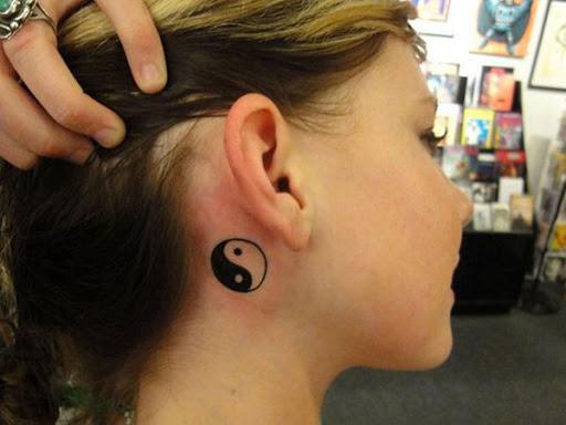 Uma sutil e pequeno Yin Yang tatuagem no pescoço, realmente um tamanho pequeno Yin Yang tatuagem que é perfeito para aqueles que gostam de design clássico e quer mantê-lo simples.