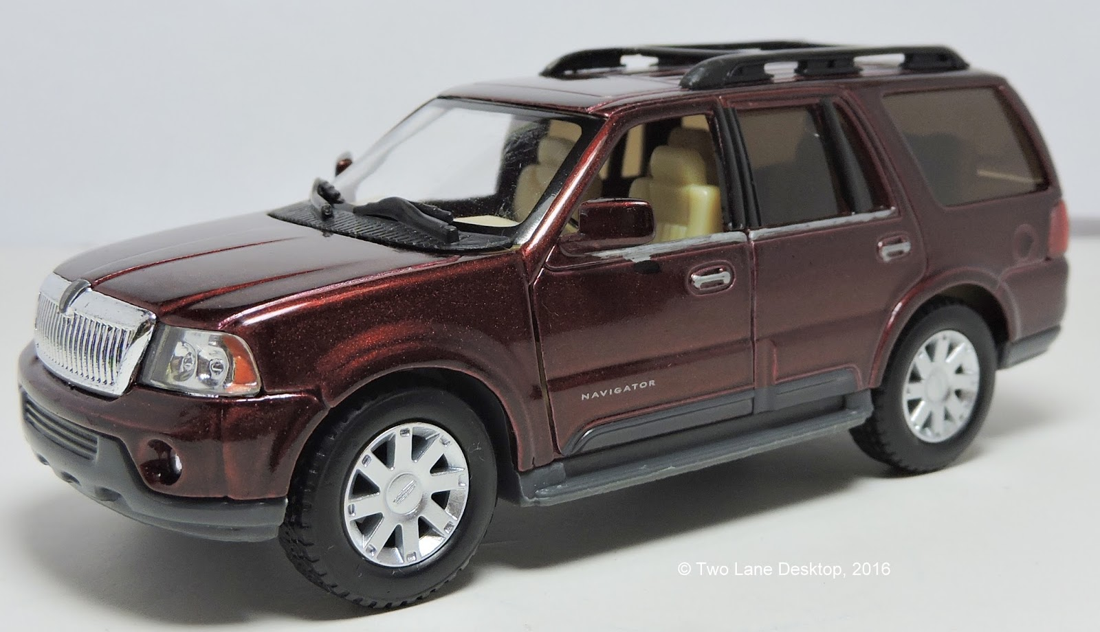 Two Lane Desktop Kinsmart And Matchbox 2003 Lincoln Navigator