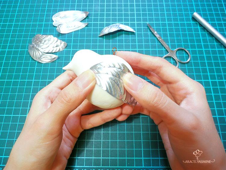 como hacer colgadores navideños con repujado en aluminio