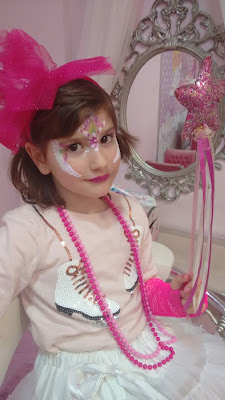 Paula maquillada, con tutú, barita y tocado rosa