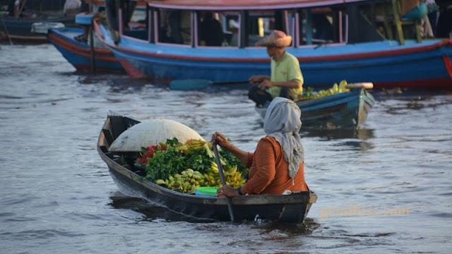 Penjual buah di pasar terapung sungai Barito