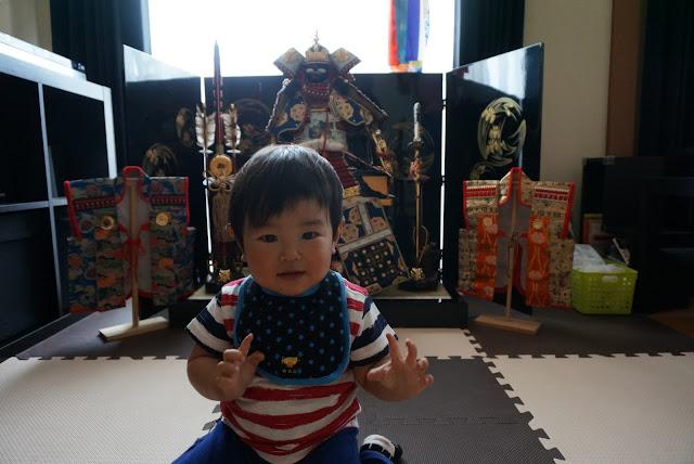 五月人形の前で写真