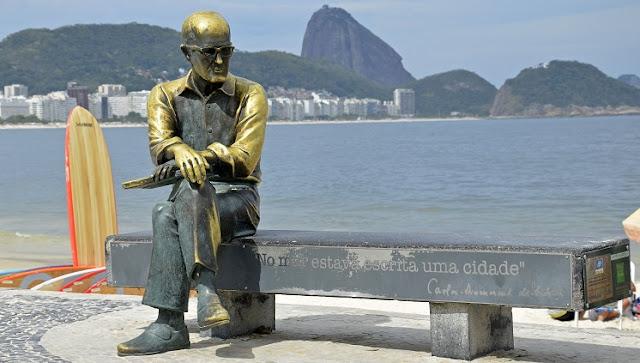 Escultura do poeta Carlos Drummond de Andrade no calçadão de Copacabana