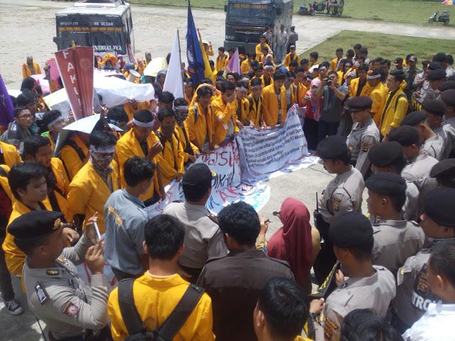 Mahasiswa Unsri Demo Tolak Pelantikan Ilyas Panji Alam Bupati Ogan Ilir