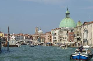 Puente de los Descalzos en el Gran Canal de Venecia.