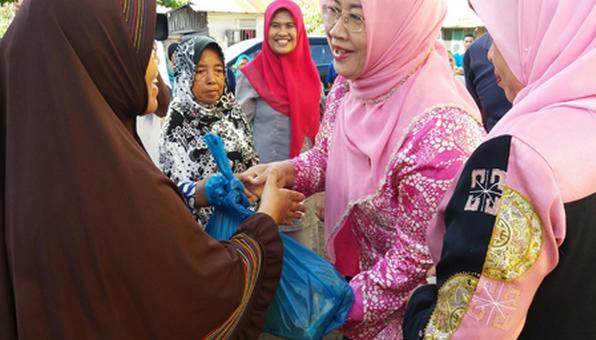 Serahkan Paket Subsidi Bahan Pokok kepada warga Pasir Ulak Karang