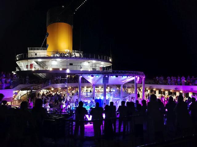 Costa Magica - Karibische Party an Deck am Abend