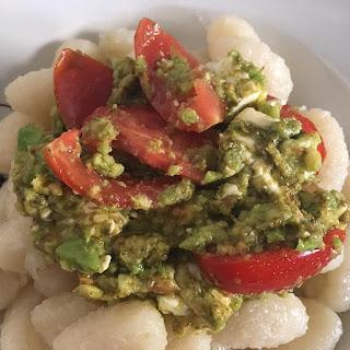 Avocado Pesto Soße mit Gnocchi