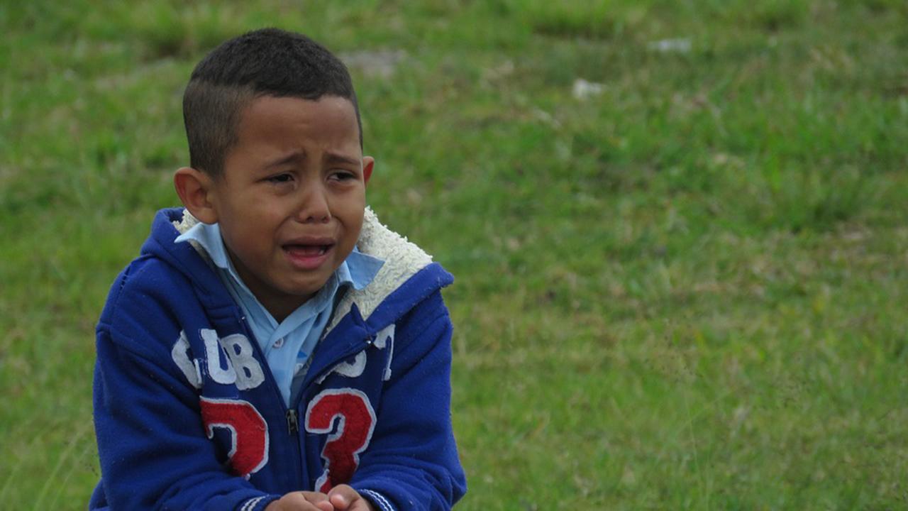 Sikap Orangtua saat Menghadapi Anak yang Menangis Karena Bertengkar dengan Temannya