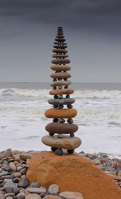 Escultura con piedras en la playa