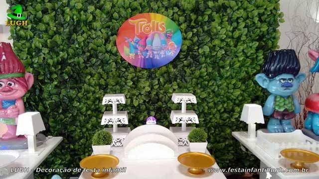 Mesa decorada Trolls para festa temática de aniversário infantil