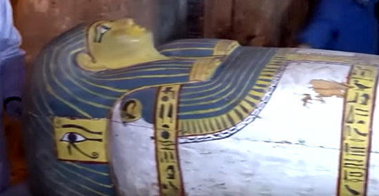Túmulos secretos com sarcófagos são descobertos no Egito - Capa