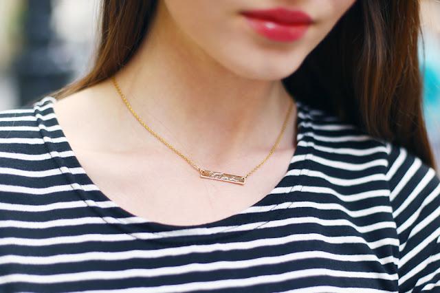 złoty subtelny naszyjnik z napisem zbliżenie