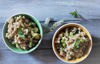 Insalata fredda di farro e amaranto con verdure dolci e menta