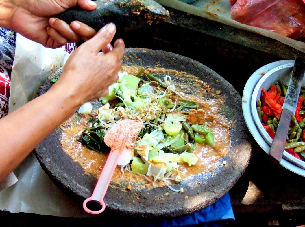 Lotek Merupakan Masakan Tradisional Khas Jawa Barat Terbuat Dari Campuran Beberapa Macam Sayuran Yang Direbus Dan Disiram Dengan Sambal Serta Saus Kacang