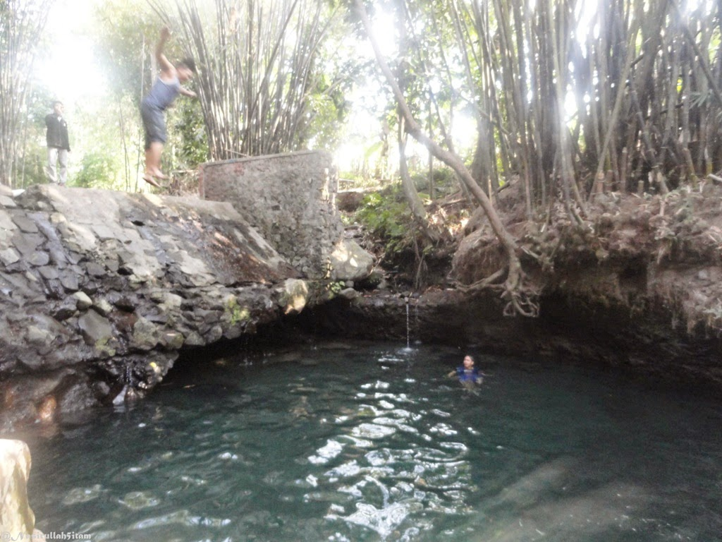 Aksi-aksi jumping para pengunjung pemandian Tirta Budi (Blue Lagoon) Jogja