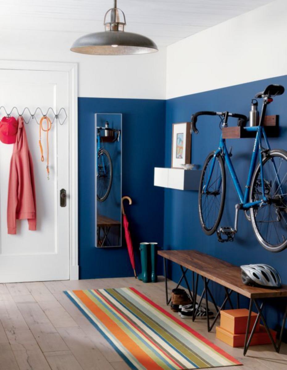 Bicicleta colgada con estilo en recibidor
