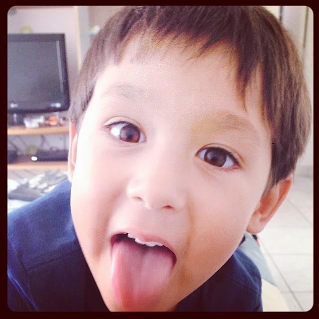 Niño con espíritu sacando la lengua feliz