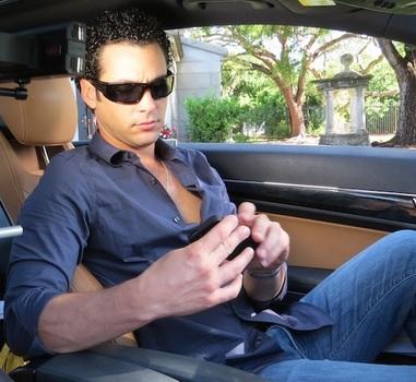 Foto de Alexis Grullón dentro de su auto