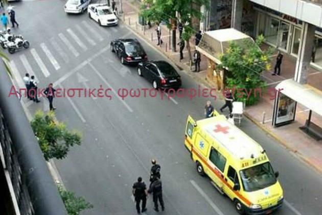 Σοκ: Η στιγμή που ο Λουκάς Παπαδήμος μεταφέρεται με ασθενοφόρο του ΕΚΑΒ
