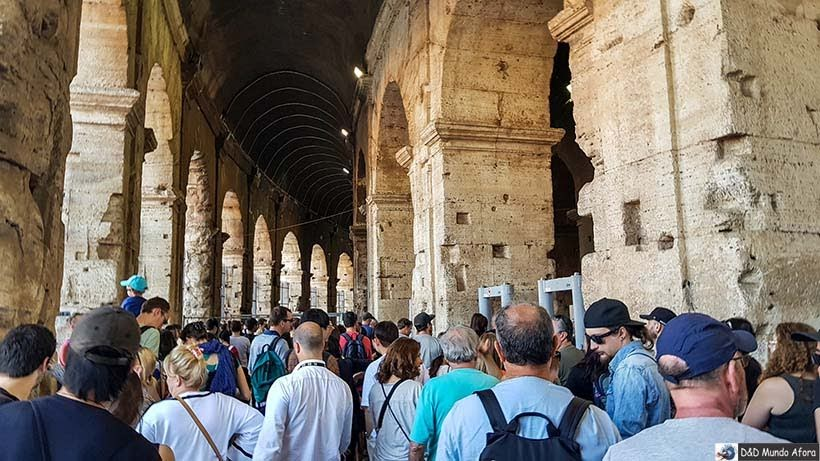 Fila para passar no detector de metais - Coliseu de Roma com mamis