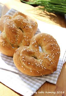 Herzen aus Laugen-Brezenteig, Rezept gibt es beim Südtiroler Food- und Lifestyleblog kebo homing, Foodstyling und Fotografie