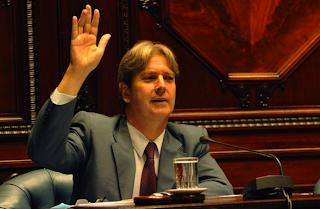 Ope Pasquet levantando la mano en el Senado