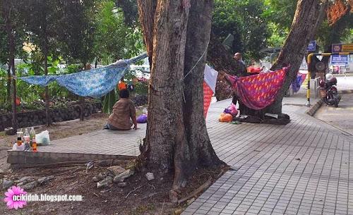 2 Beradik Tinggal Di Kaki Lima Perhentian Bas