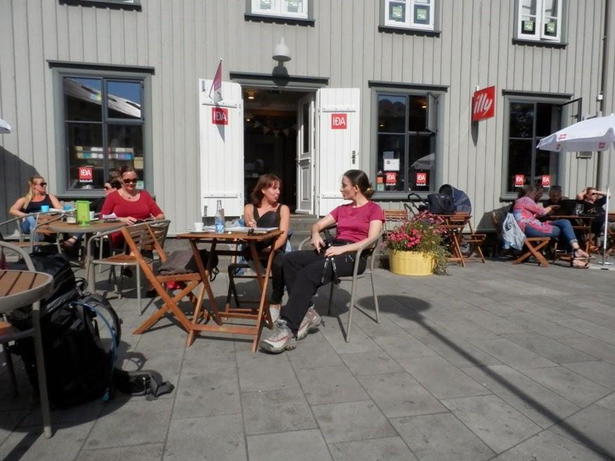 Charlando-en-una-terraza-mientras-esperamos-el-bus-a-landmannalaugar