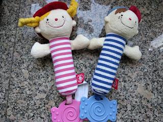 右邊係阿仔嬰兒時期的玩具,左邊係新買俾阿女的