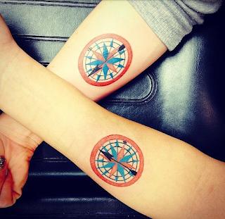 tatuaje amigas brujula