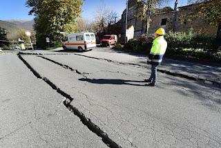 Terremoto_Italia_Norcia_rua_com_rachaduras