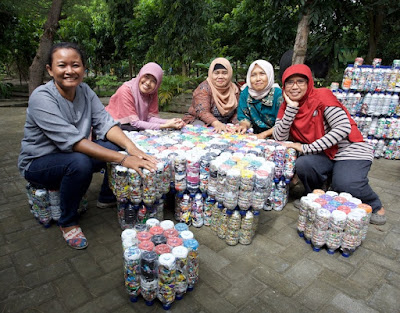 Ecobrick yang dijadikan menjadi barang bermanfaat, meja kursi taman