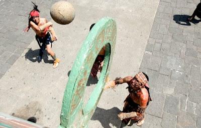 Jugadores de pelota observando la consecución de un punto definitivo