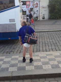 Imagen divertida de abuelo con pañal
